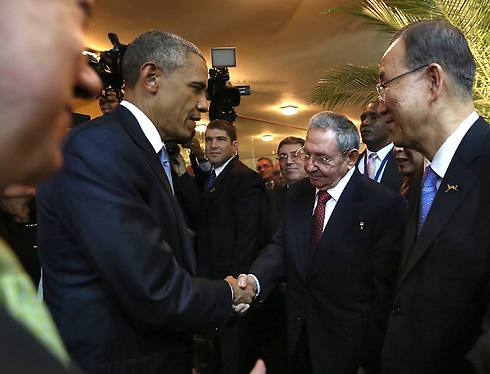 Obama and Castro shake hands (Photo: AFP)