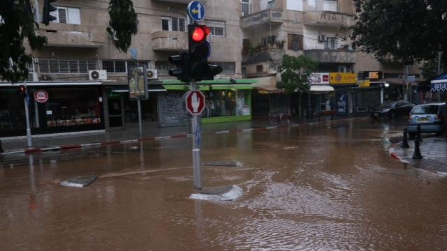 Rain causes flooding in Tel Aviv (Photo: Motti Kimchi)