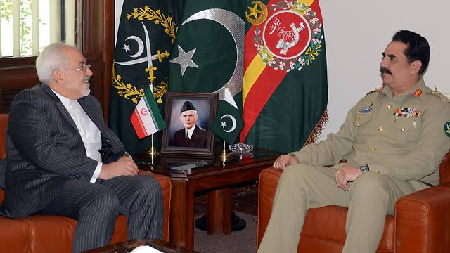 Iranian Foreign Minister Zarif meets with Pakistan army chief General Sharif in Islamabad (Photo: AFP)
