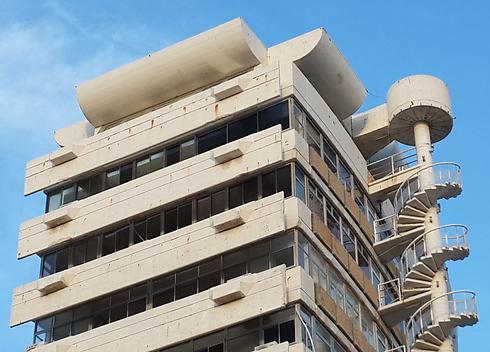 אייקון אדריכלי בן 52. המגדל לפני קריסת המדרגות (צילום: עמית קוטלר)