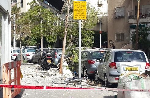 נגמר בנס: נזק קל בלבד למכוניות ולאופניים (צילום: עמית קוטלר)