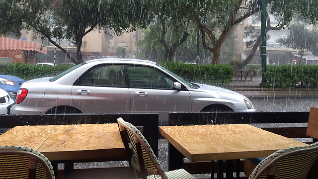 Rain in Tel Aviv (Photo: Merav Yigla)