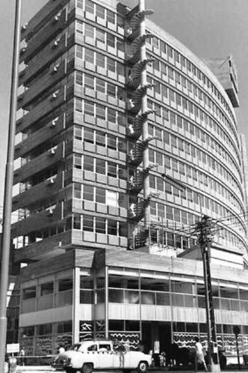 """המגדל עם סיום הקמתו, 1962 (צילום: משה פרידן, לע""""מ)"""