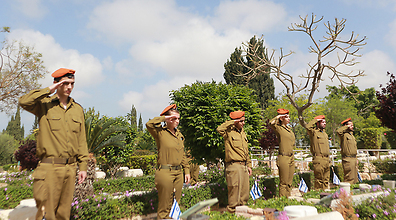 Homefront Command soldiers at the Kiryat Shaul cemetery (Photo: Yaron Brener)