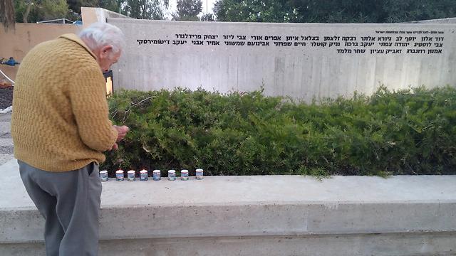 """אביו של זאביק עציון שנהרג ב""""צוק איתן"""" באנדרטה בקיבוץ נירים (צילום: בראל אפרים)"""