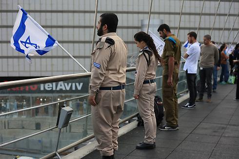 על גשר הקריה בתל אביב (צילום: ירון ברנר)