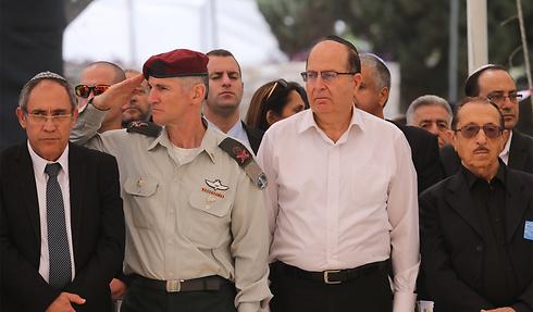 """יעלון וסגן הרמטכ""""ל בטקס בקריית שאול (צילום: מוטי קמחי)"""