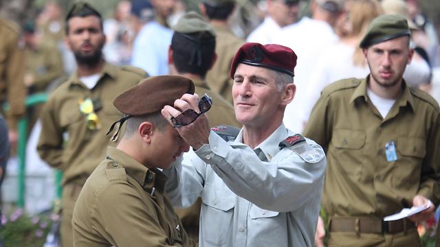 גולן מסייע לחייל עם הכומתה (צילום: מוטי קמחי)
