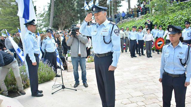 """המפכ""""ל מצדיע בטקס חללי המשטרה (צילום: משטרת ישראל)"""