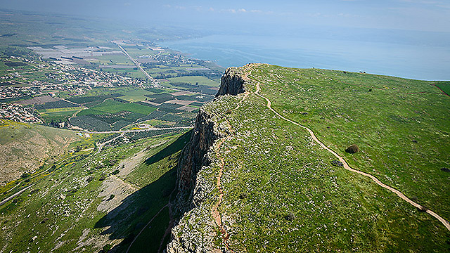 A shot of a cliff on Mount Arbel after the last rains (Photo: Israel Bardugo)