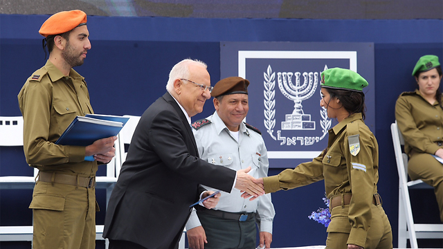 Rivlin and Levi shake hands during medal ceremony. (Photo: Gil Yohanan)