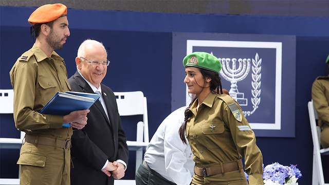 Hodaya Levi receives 'Medal of Excellence' from President Rivlin. (Photo: Gil Yohanan)