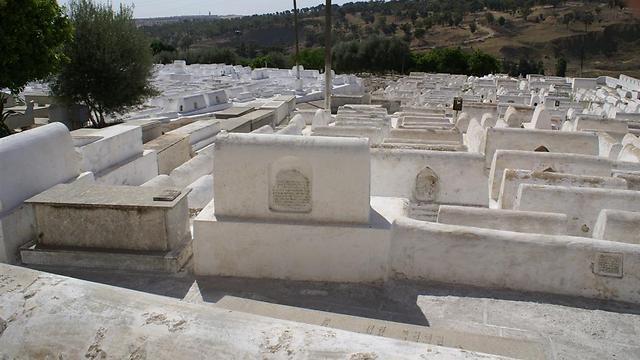 בית הקברות היהודי בפס (צילום: אלפרד תאומים)