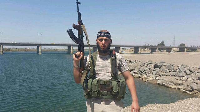 מחמיד עם סרט ראש של דאעש ונשק ()