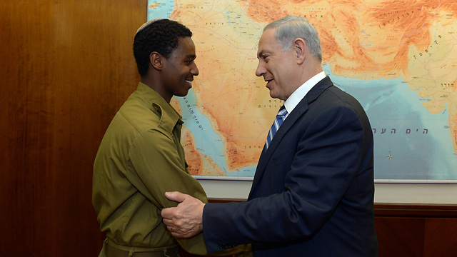 Netanyahu meets with soldier who was beaten by police officer. (Photo: Haim Tzach/ GPO)