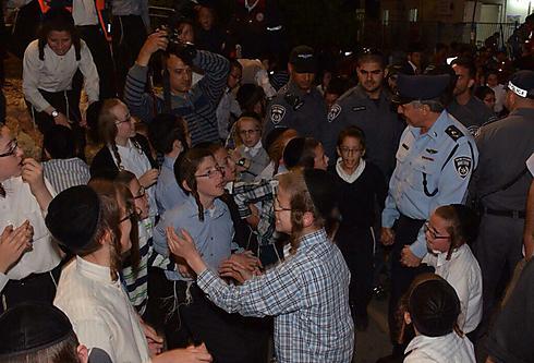 """גם המפכ""""ל, יוחנן דנינו, הצטרף להילולה (צילום: דוברות המשטרה)"""