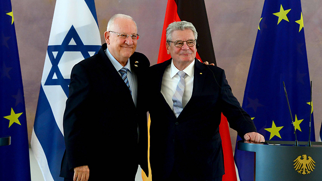 President Reueven Rivlin with German President Joachim Gaucki in Berlin (Photo: AFP)