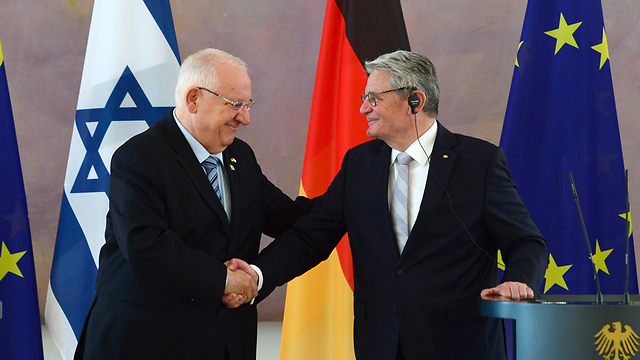 Firm ties. Rivlin and Gauck (Photo: AFP)