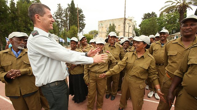The IDF's chief education officer welcomes the new recruits (Photo: Elad Gershgoren)