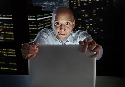 """""""הוא מגיב לי על כל תמונה בפייס"""" (קרדיט: Shutterstock)"""
