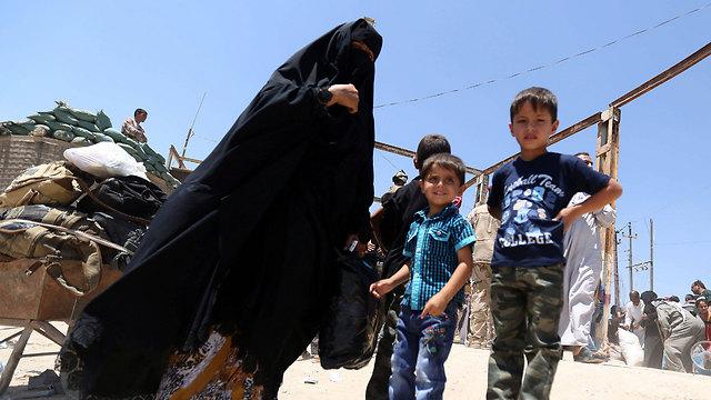 Civilians in Ramadi (Photo: EPA)