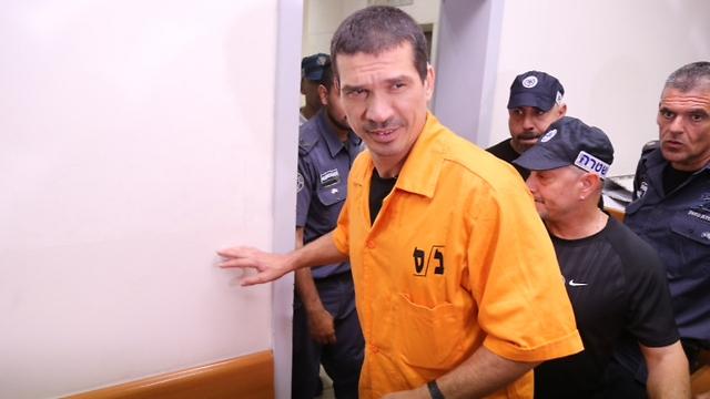 יצחק אברג'יל בבית המשפט. הבכיר מבין העצורים (צילום: מוטי קמחי)