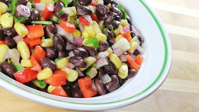 סלט ירקות עם שעועית שחורה. מנה אולטימטיבית לדיאטה (צילום: shutterstock)