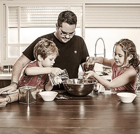 סוף מסע. אורי ארנון עם ילדיו (צילום: עמוס בר זאב)