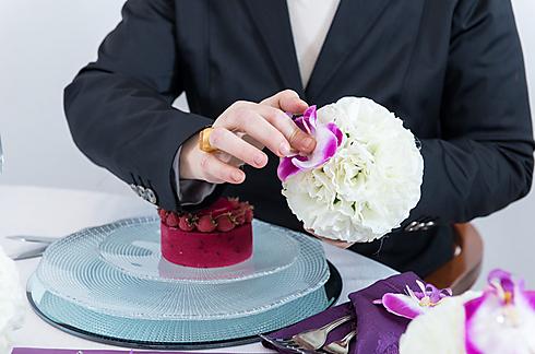 פרחים זולים מוצמדים מסביב לכדור קלקל, ובמרכז - סחלב אחד (צילום: ירון ברנר)