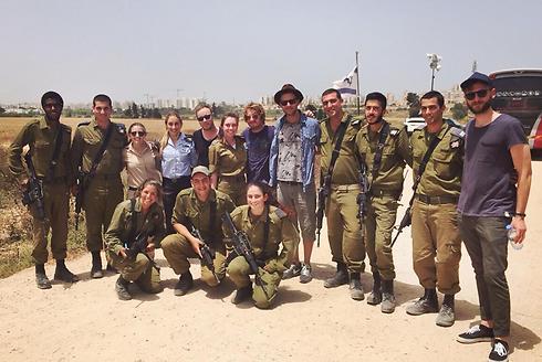 חברי וואן רפאבליק לצד חיילי כיפת ברזל באשקלון ()