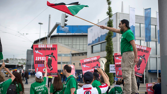 Pro-Palestinian supporters protesting outside the anticipated FIFA vote on banning Israel last week (Photo: EPA)