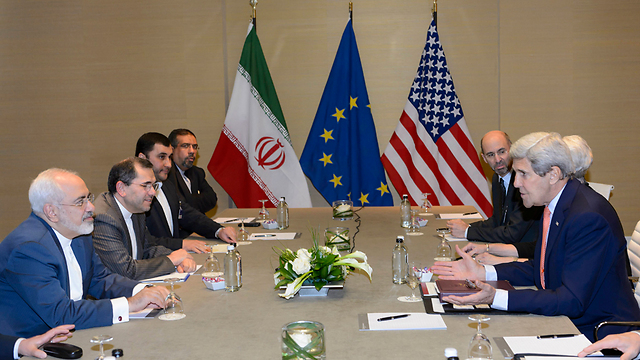 Iranian Foreign Minister Mohammad Javad Zarif (L) and American counterpart John Kerry negotiate in Geneva last month (Photo: AP)