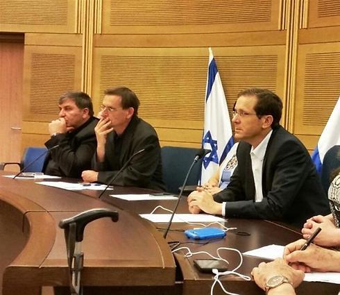 יצחק הרצוג ודב חנין בכנס החירום בכנסת, היום (צילום: דב גרינבלט, החברה להגנת הטבע)