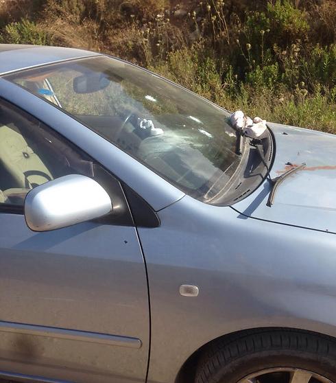 """רכב הטויוטה שבו שהו הנרצח והפצוע (צילום: דובר צה""""ל)"""