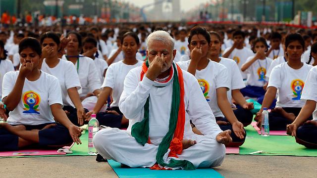 ראש ממשלת הודו מודי מוביל יוגה המונית (צילום: רויטרס)