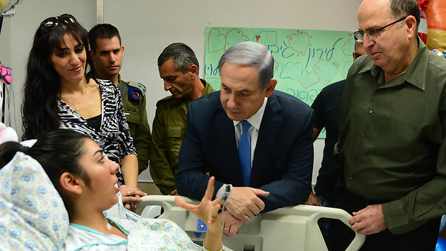 Netanyahu visits the soldier stabbed near Rachel's Tomb. (Photo: GPO)