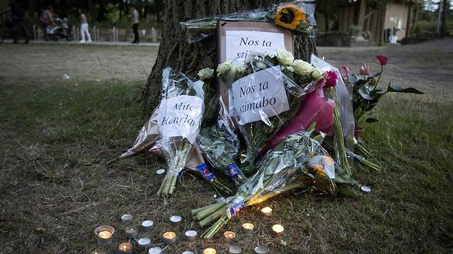פרחים במקום שבו נהרג אנריקס (צילום: EPA)