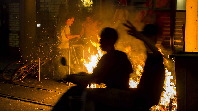 אש בהאג בלילה שעבר (צילום: EPA)