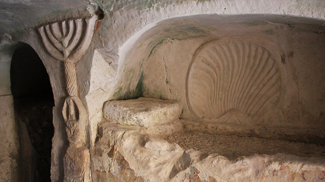 A menorah in a Beit She'arim burial cave (Photo: Israel Nature and Parks Authority)
