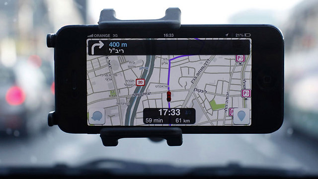 Waze being used to navigate in Tel Aviv (Archive Photo: Reuters)