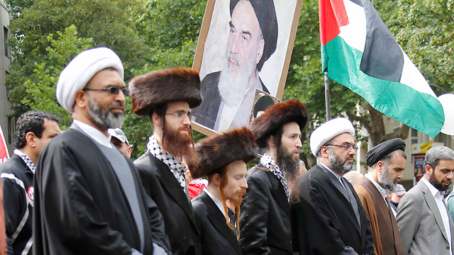 Muslim clerics and Neturei Karta members at the protest (Photo: Reuters)