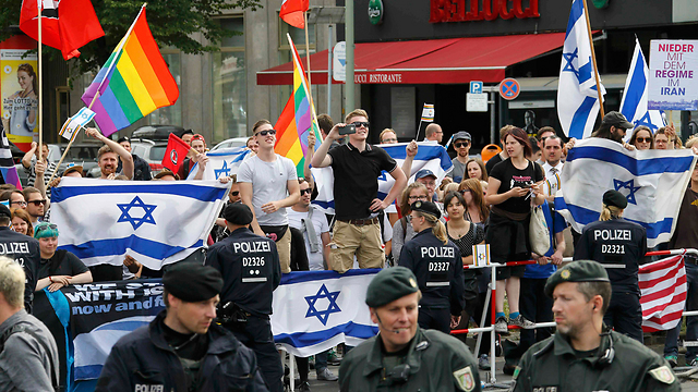 Pro-Israel counter-protest (Photo: Reuters)
