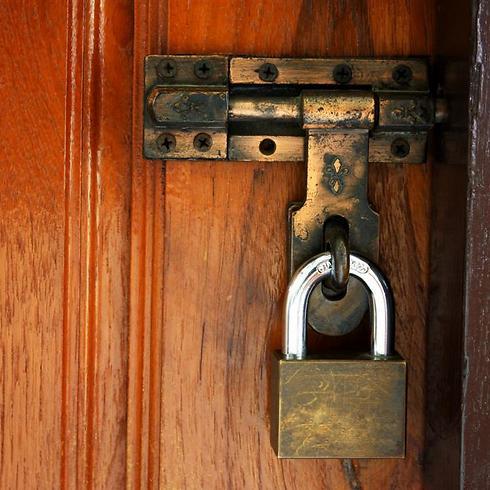 נעל את הדלת והבעיר את השולחן (צילום: shutterstock)