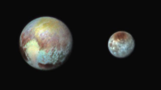 פלוטו והירח שלו כארון, בתמונה שצולמה ביום שני (צילום: NASA)