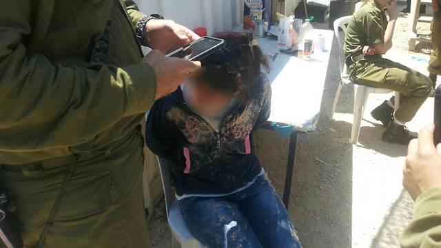הדוקרת אחרי שנעצרה וזירת הפיגוע ליד נחליאל, היום (צילום: סוכנות תצפית)