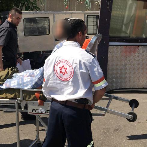 החייל שנפצע בדקירה מפונה לבית החולים ()