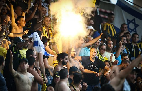 Beitar fans getting riled up. (Photo: AFP) (Photo: AFP)