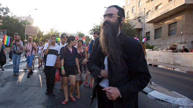 Yishai Shlissel moments before the stabbing attack. (Photo: AP)