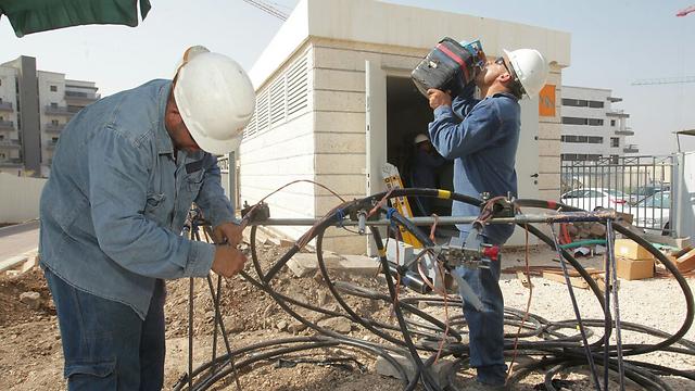 עובדי חברת החשמל, ביום החם בשנה (צילום: חברת החשמל)