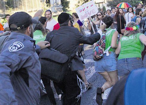 שליסל תוקף במצעד הגאווה (צילום: סבסטיאן שטיינר)
